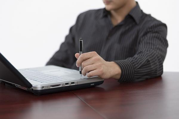 Парень без лица с ноутбуком