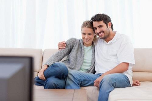 муж и жена у телевизора
